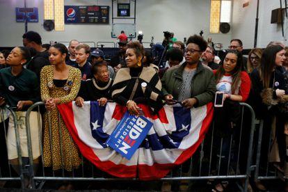 Seguidores de Joe Biden em um comício.