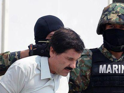 O Chapo é conduzido por agentes de segurança.