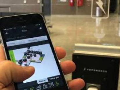 Um usuário recarrega seu móvel em um aeroporto.