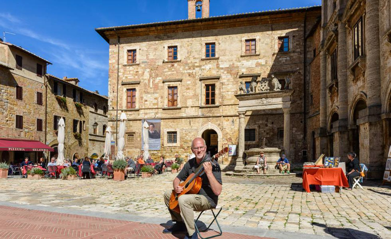Um guitarrista na 'piazza' Grande de Montepulciano, na Toscana.