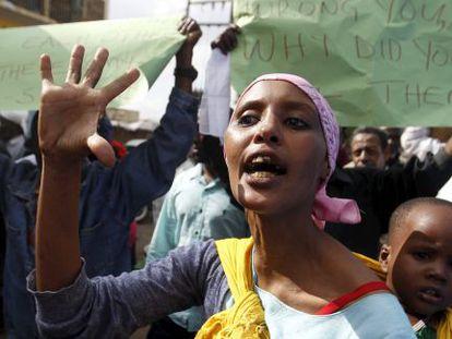 Mulher protesta contra o ataque de Garissa em Nairobi.