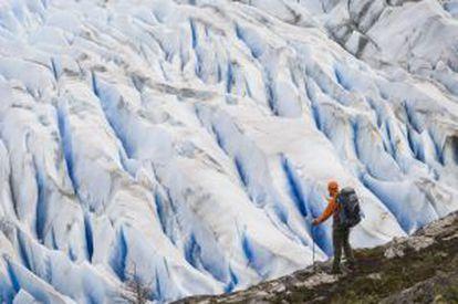 Um andarilho ante o glaciar Grey, no parque nacional Torres do Paine, na Patagonia.