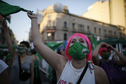 Mulheres favoráveis ao aborto legal na Argentina aguardam pela decisão do Congresso nesta terça-feira, 29 de dezembro, em Buenos Aires.