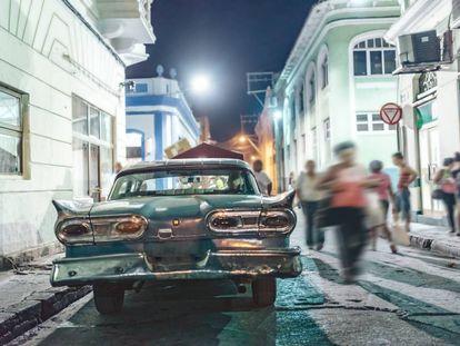 Um carro clássico dos EUA (um Ford Fairlane de 1958) em uma rua central de Santiago de Cuba, a grande cidade do leste da ilha.