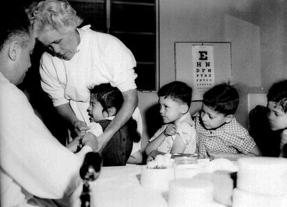 Enfermeira aplica vacina contra o pólio em alunos de um colégio de Los Angeles, em 1955.
