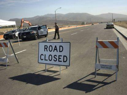 Agentes de San Diego vigiam a região onde se constroem os protótipos do muro.