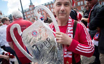 Torcedores do Bayern de Munique na madrilenha Plaza Mayor horas antes do início do jogo.