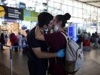 Una pareja se besa en el aeropuerto de Santiago de Chile, el miércoles.