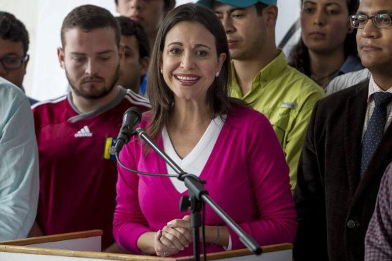 María Corina Machado, em uma coletiva de imprensa após ser processada.