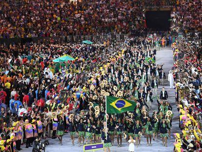 A delegação dos atletas brasileiros entram ao som de Aquarela do Brasil
