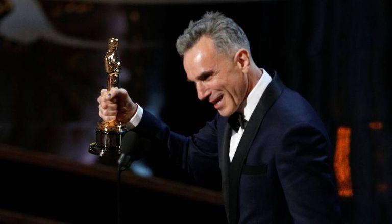 """Daniel Day-Lewis recebe o Oscar pelo filme """"Lincoln""""."""