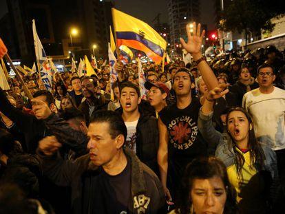Simpatizantes da oposição protestam em Quito.