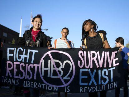 Manifestantes na Carolina do Norte contra a lei que exige que os transexuais usem banheiros do seu gênero biológico, não com o qual se identificam.