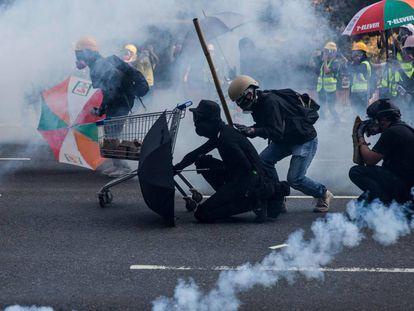 Manifestantes enfrentam a polícia no bairro de Sha Tin, em Hong Kong.