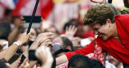 Dilma cumprimenta simpatizantes em Porto Alegre.