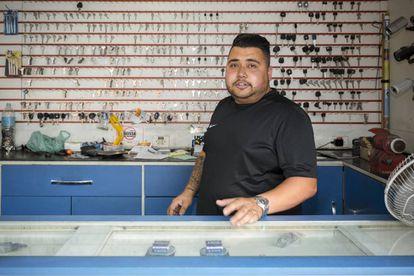 Junior, 26 anos de idade e 16 fazendo cópias de chaves ante o que agora é o McDonald's de Cidade Tiradentes