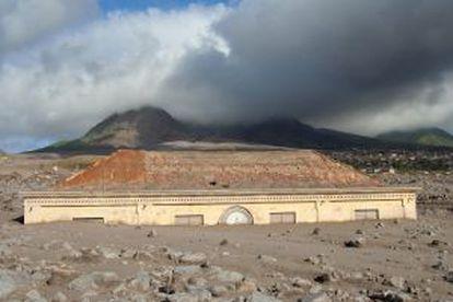 O antigo tribunal de Plymouth, na ilha de Montserrat (Antilhas), enterrado pela cinza depois das erupções do vulcão Soufrière Hills.