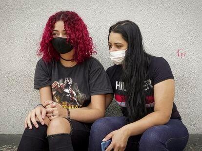 Vanessa espera notícias do pai na UTI por causa da covid-19 ao lado da prima Suzana nos arredores da hospital Tide Setúbal, em São Paulo.