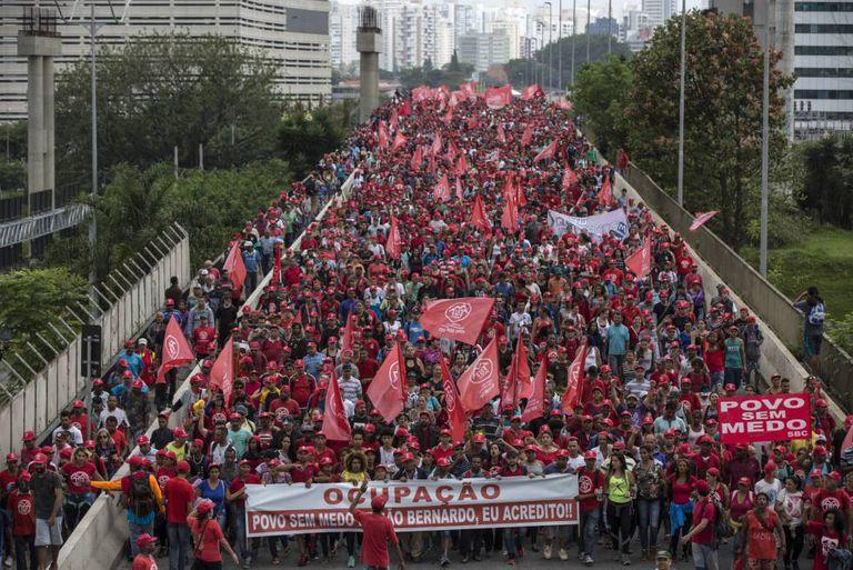 Militantes do MTST durante marcha pró-moradia popular em São Paulo.