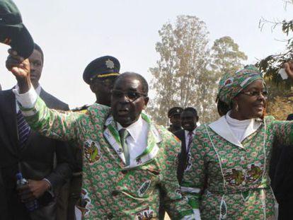 O presidente de Zimbábue, Robert Mugabe, ao lado da mulher, Grace