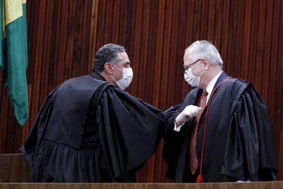 Os ministros Roberto Barroso e Edson Fachin  cumprimentam-se na cerimônia de posse no Tribunal Superior Eleitoral.