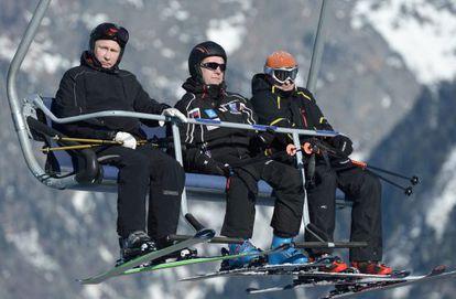 Putin, à esquerda, e o primeiro-ministro, Dmitri Medvédev, no centro, de esqui.