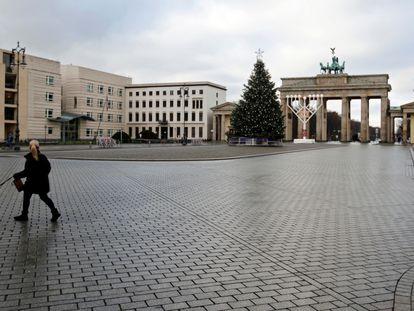 A praça Paris, em Berlim, com o Portão de Brandemburgo ao fundo, quase vazia nesta quarta-feira, quando entraram em vigor as novas restrições na Alemanha.