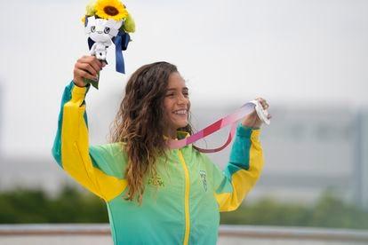 Rayssa Leal comemora a medalha de prata na categoria skate street feminino