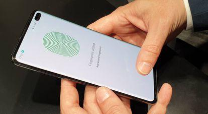 Leitor ultrassônico de impressão digital do S10+ na parte inferior da tela.
