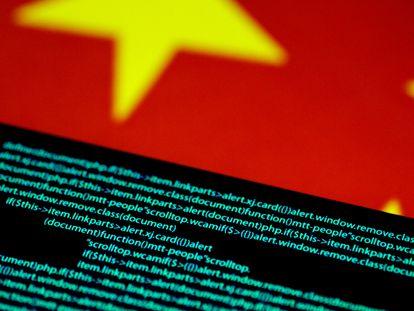 Código de computador em uma tela junto a uma bandeira da China.