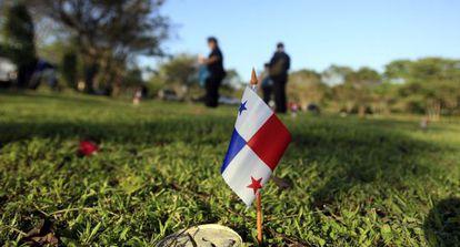 Familiares de vítimas da invasão dos EUA ao Panamá visitam o cemitério da Cidade do Panamá. / EFE