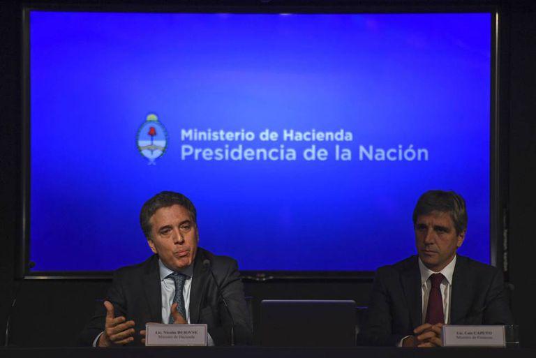 Os ministros de Fazenda, Nicolás Dujovne, e de Finanças, Luis Caputo, anunciam a redução de médio ponto na meta fiscal de 2018.