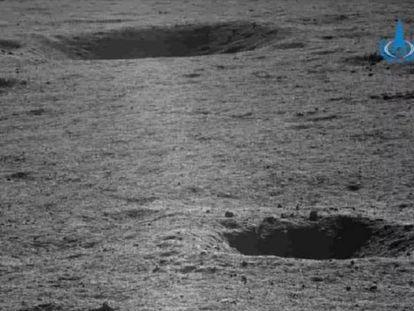 Imagem tomada pelo robô de exploração chinês 'Yutu-2' na cratera de Von Kármán. Em vídeo, recriação da alunissagem do robô.
