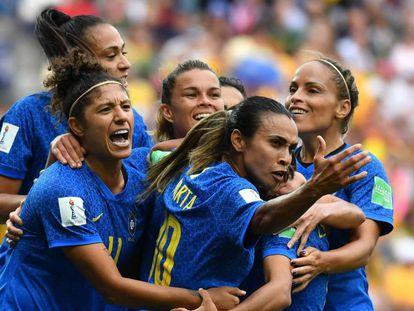 Brasileiras comemoram gol contra a Austrália na segunda rodada.