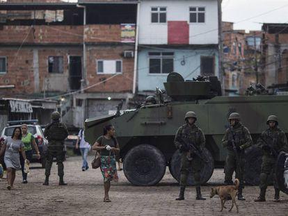Militares do Exército durante ação na favela Kelson's, em fevereiro deste ano.
