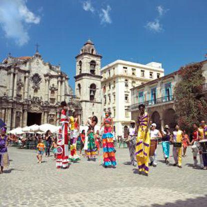 Desfile com pernas de pau diante da catedral de Havana, em Cuba.