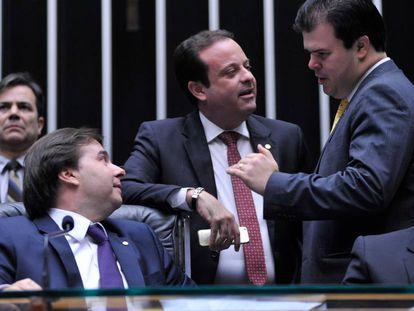 Maia, presidente da Câmara, conversa com parlamentares na sessão.