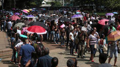 Fila por uma vaga de emprego em São Paulo no final de março.