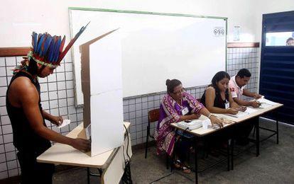 Um índio vota em Manaus, no primeiro turno.
