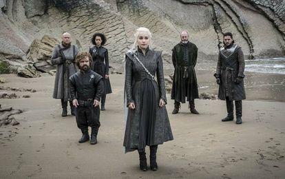Varys, Tyrion, Missandei, Daenerys, Davos e Jon na praia de Pedra do Dragão.