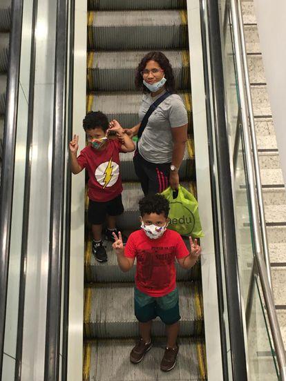 Gilvanete com os dois filhos, em São Paulo: sem creches, crianças ficam com uma babá.