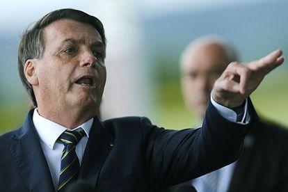 O presidente Jair Bolsonaro gesticula enquanto fala com a imprensa nesta segunda-feira, 20 de abril, diante do Palácio do Alvorada.