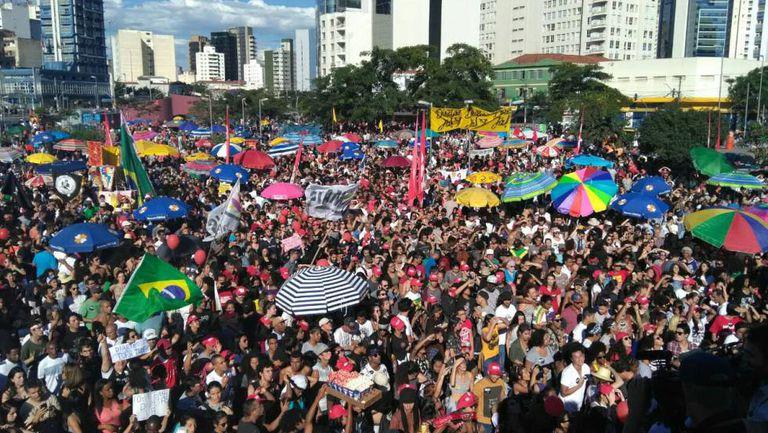 """Manifestantes se reúnem no largo da Batata para pedir """"Diretas Já"""""""