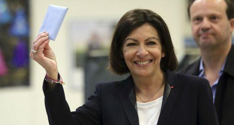Anne Hidalgo vota nas autárquicas francesas neste domingo.
