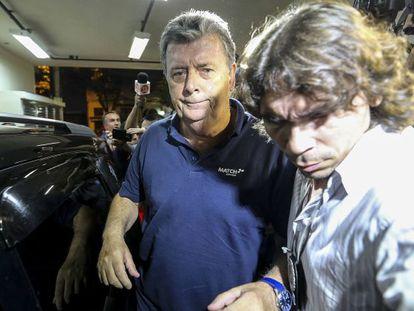 Raymond Whelan, à esquerda, no momento de sua prisão.