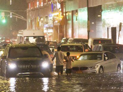 Pelo menos nove pessoas morreram devido às fortes chuvas nesses dois Estados da Costa Leste.