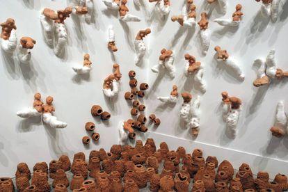 Detalhe da obra Tecelãs , 2003. Faiança, terracota, algodão e linha sintética, instalação de dimensões variáveis. Coleção particular