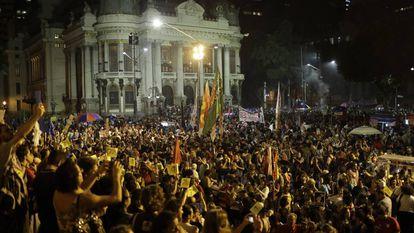 Manifestantes na Cinelândia, no Rio.