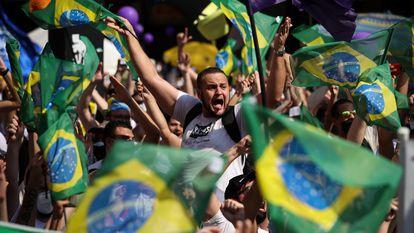 Manifestantes contra Bolsonaro no domingo, na avenida Paulista, em São Paulo.