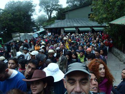 Aglomeração na entrada da cidadela às sete da manhã, quando se misturam os visitantes primeiro turno com os que subirão ao Wayna Picchu